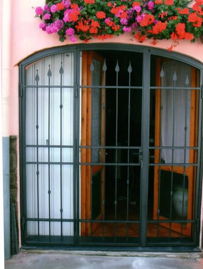 Inferriate in ferro battuto firenze inferriate in ferro - Inferriate per finestre in ferro battuto ...